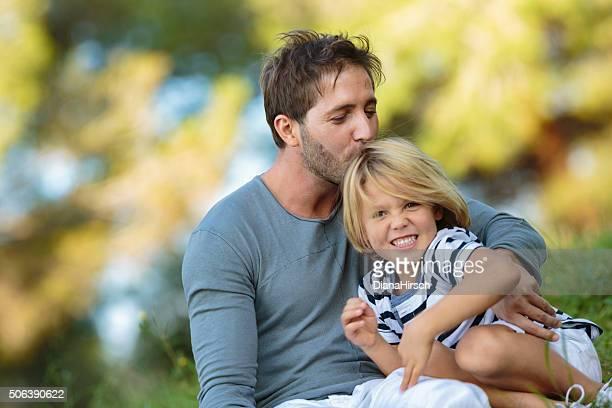Père embrassant son fils sur les cheveux