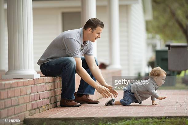 Vater Blick auf Baby Boy spielen