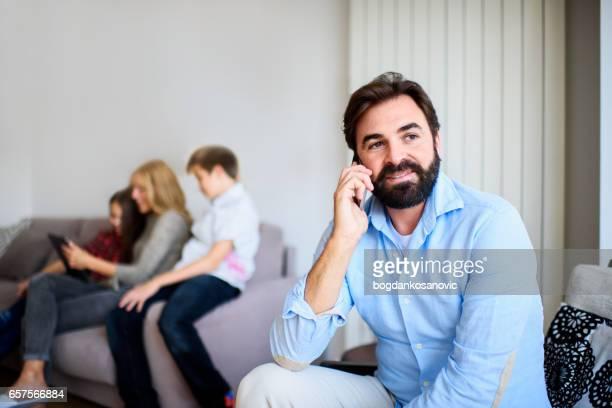Père sur le téléphone