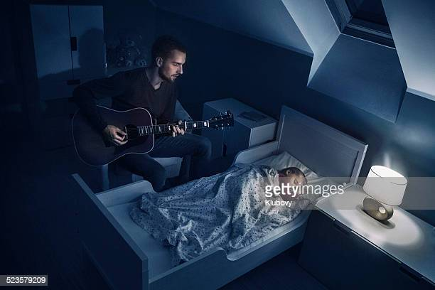 Vater zu seiner Tochter spielen lullabies
