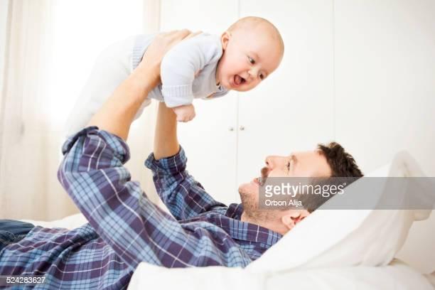Vater spielt mit baby Jungen