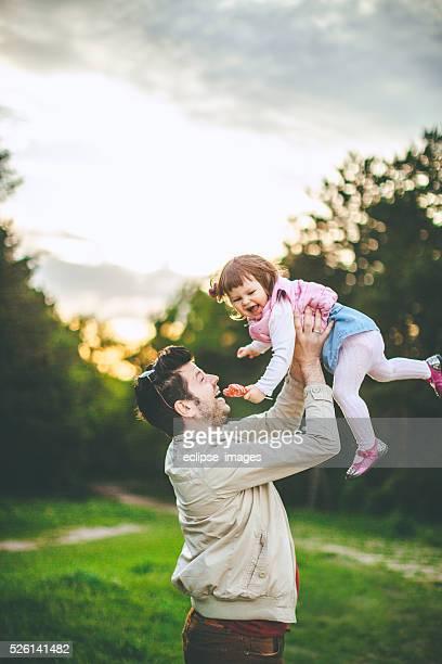 Père joue avec sa fille