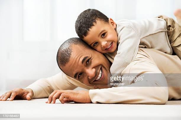 Père jouant avec son fils à la maison.