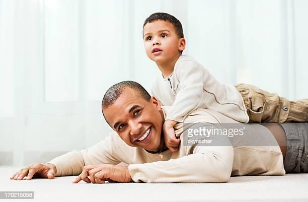 Père jouant avec son fils à la maison