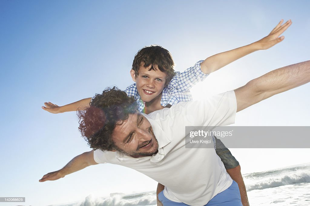 Father playing with son (6 - 8 years) : Foto stock