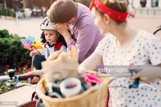 Vater seines Sohnes Kopf einen Helm aufsetzen