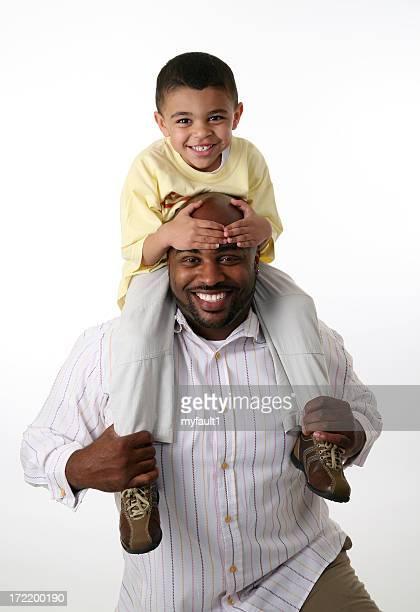 父と息子の肩に乗馬