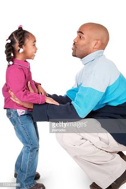 Vater und sein kleines Mädchen packt