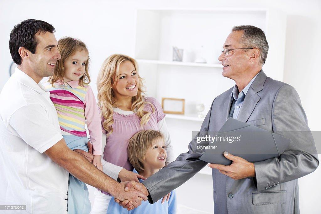 Vater beim Händeschütteln mit Insurance Agent. : Stock-Foto