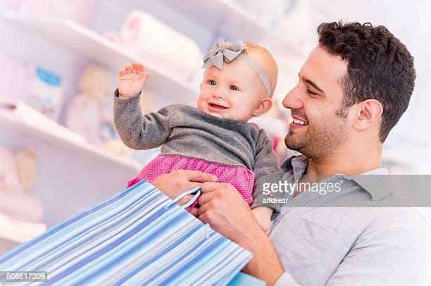 Vater mit baby Einkaufen