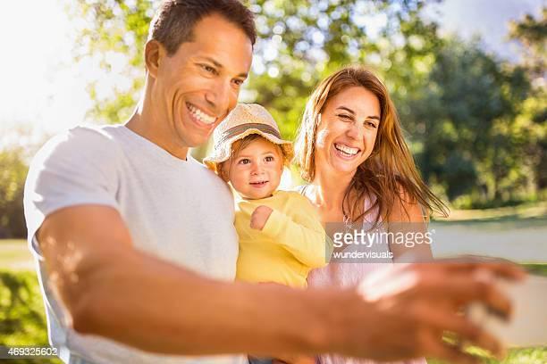 Père prenant un selfie sur son sourire famille