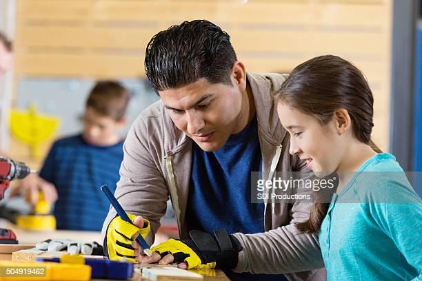 Père fille d'enseignement de construire quelque chose en atelier ou garage