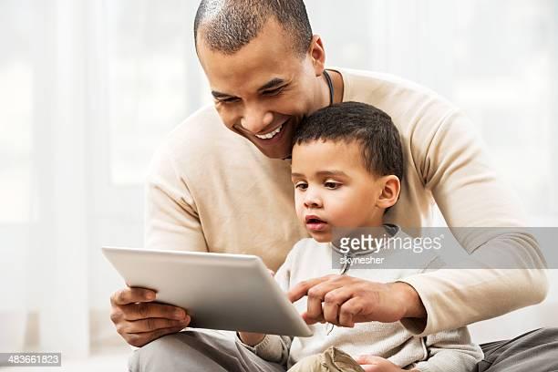 Père enseigner son fils comment utiliser une Souris tactile.
