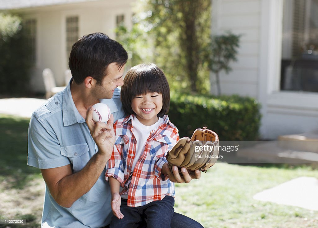 Father teaching son to play baseball : Stock Photo