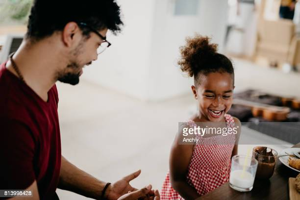 Vater erzählt seine Tochter, die nicht mit Essen spielen ok ist.
