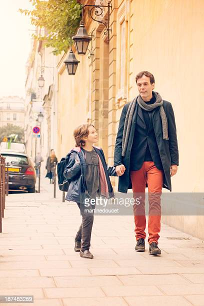 Père de deux enfants à l'école dans la rue européenne.