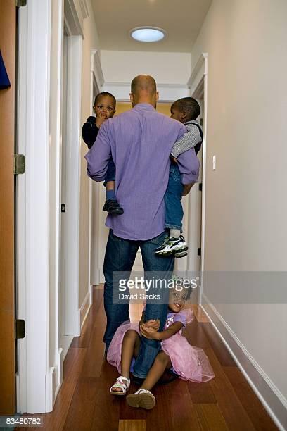 Père avec enfants marchant le hall