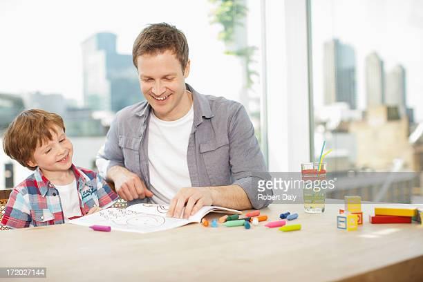 Pai assistir filho Colorir