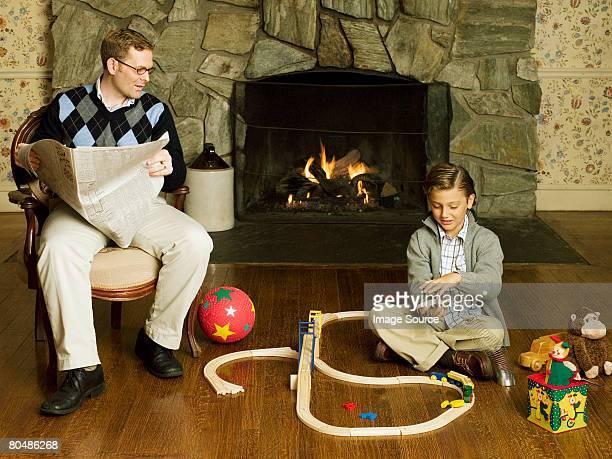Vater und Sohn Spielen beobachten