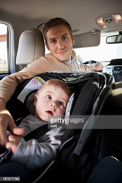 父、赤ちゃんのカーシート