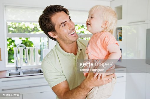 Father with daughter (12-23 months) in kitchen : Foto de stock