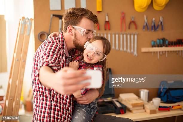 Père avec son adorable petite fille en woodshop.