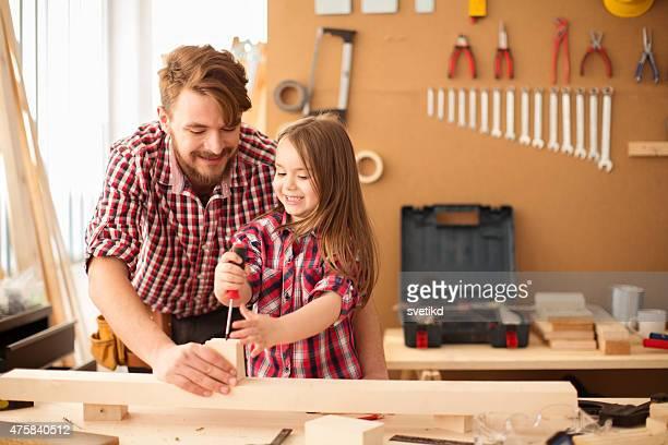 Padre con sua figlia poco carina in woodshop.
