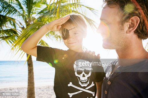Father with son (8-9) dressed as pirate : Stockfoto