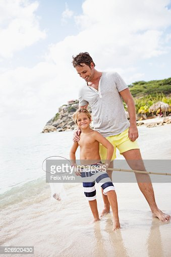 Father with son (8-9) holding fishing net : Foto stock