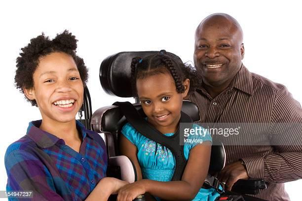 Vater mit zwei Töchtern, einem in rollstuhlgerecht