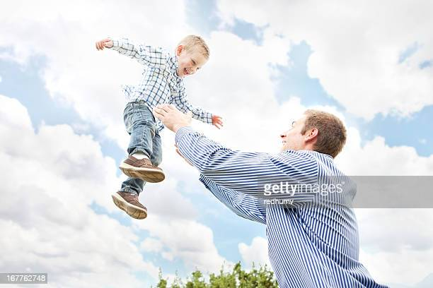 Joven padre con hijo