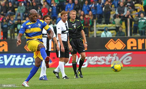 Faustino Asprilla of Stelle Gialloblu scores his goal from the penalty spot during the 100 Years Anniversary match between Stelle Crociate and US...