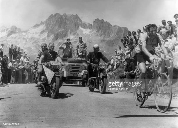 Fausto Coppi als Spitzenreiter auf dem Gipfel des 'Croix de Fer' auf der 10 Etappe von Lausanne nach Alpe d'Huez 1952