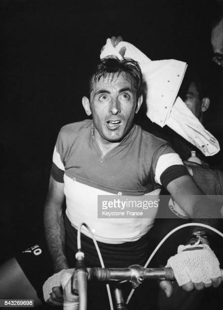 Fausto Coppi après la course au guidon de son vélo à Gênes Italie