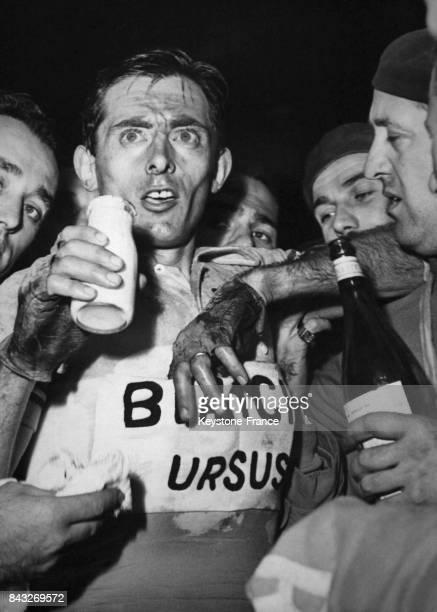 Fausto Coppi après son arrivée en troisième position à Milan Italie le 22 octobre 1950