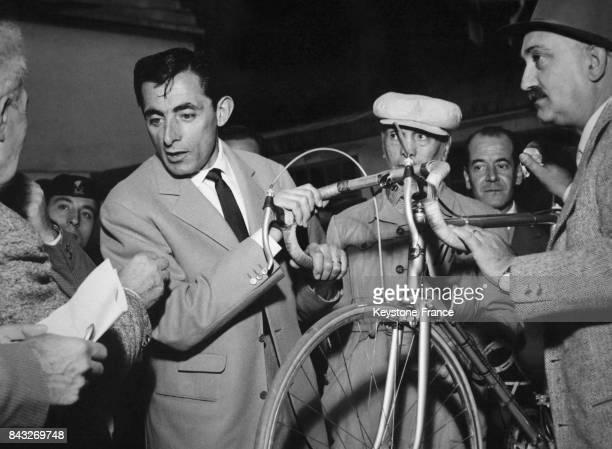 Fausto Coppi avec son vélo prêt pour participer au Tour de Lombardie à Milan Italie le 20 octobre 1956