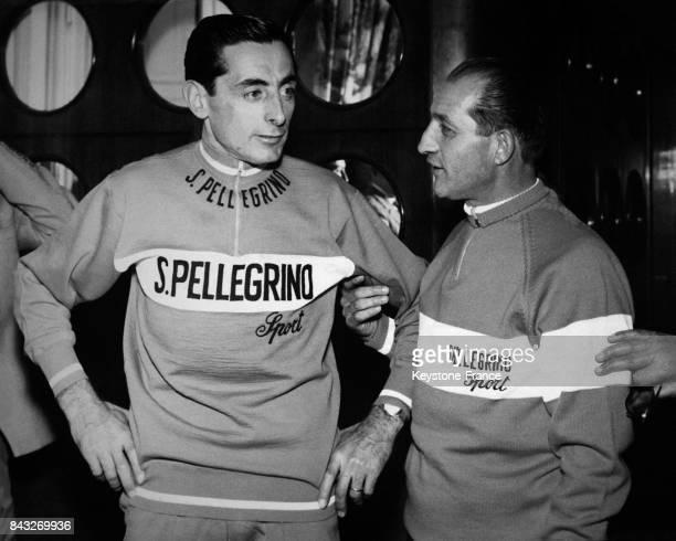 Fausto Coppi et Gino Bartali photographiés avant la conférence de presse où ils annonceront qu'ils vons concourir dans la même équipe à Milan Italie...