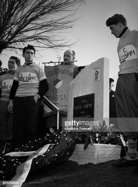 Fausto Coppi se recueille sur la stèle en hommage à son frère Serse mort des suites d'une chute lors du Tour du Piémont 1951 en Italie le 22 février...