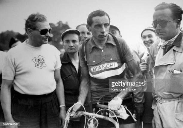 Fausto Coppi semble exténué à l'arrivée à l'hippodrome de Longchamp pour la quatrième étape du Tour à Paris France le 7 juillet 1951