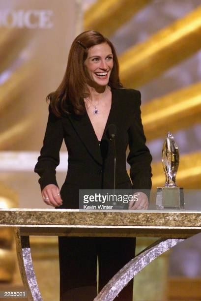 Favorite Motion Picture Actress Julia Roberts at the 28th Annual People's Choice Awards held at the Pasadena Civic Auditorium in Los Angeles Ca Jan...