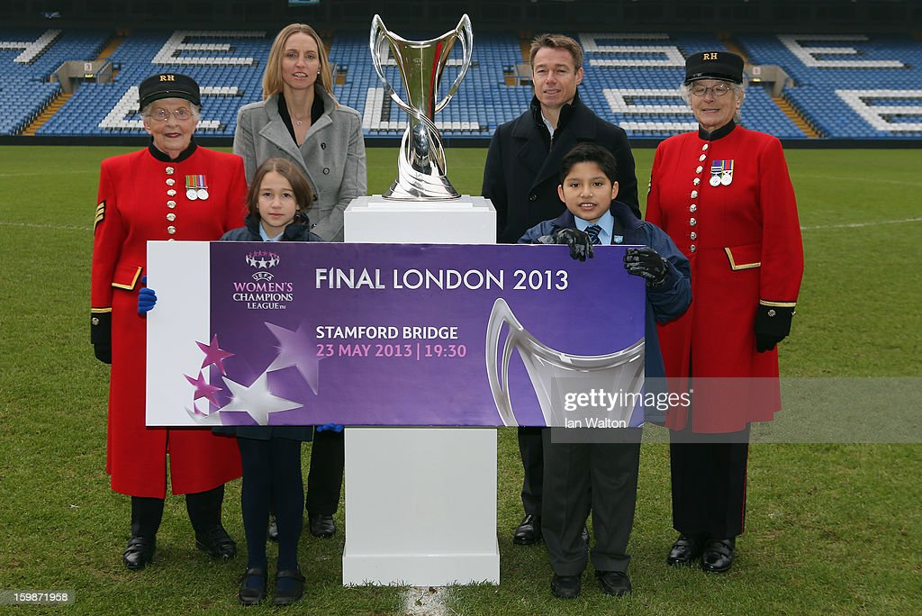 <a gi-track='captionPersonalityLinkClicked' href=/galleries/search?phrase=Faye+White&family=editorial&specificpeople=171388 ng-click='$event.stopPropagation()'>Faye White</a> and Graeme le Saux pose with children and Chelsea Pensioners during the ticket launch for the UEFA Women's Champions League Final at Stamford Bridge on January 22, 2013 in London, England.