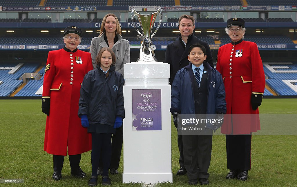 <a gi-track='captionPersonalityLinkClicked' href=/galleries/search?phrase=Faye+White&family=editorial&specificpeople=171388 ng-click='$event.stopPropagation()'>Faye White</a> (2nd L) and Graeme le Saux pose with children and Chelsea Pensioners during the ticket launch for the UEFA Women's Champions League Final at Stamford Bridge on January 22, 2013 in London, England.