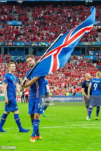 Mittwoch Europameisterschaft in Frankreich SaintDenis Island Oesterreich 21 feature Kari Arnason schwingt die Isländische Flagge