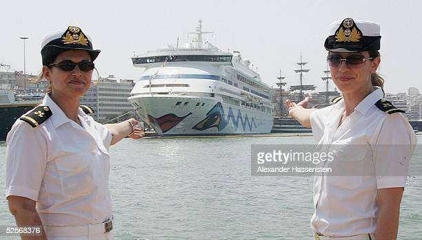 Feature / Stadt Olympische Spiele Athen 2004 Athen zwei Hostessen praesentieren das Schiff AIDA aura im Hafen von Piraeus 130804