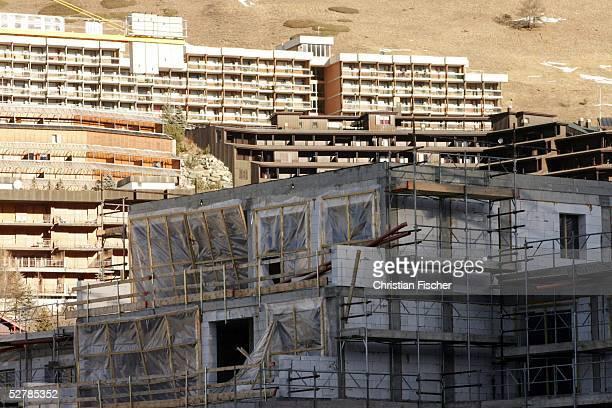 Feature/Stadt Olympische Spiele Turin 2006 Sestriere 130205 Rohbauten des zukuenftigen olympischen Dorfes in Sestriere