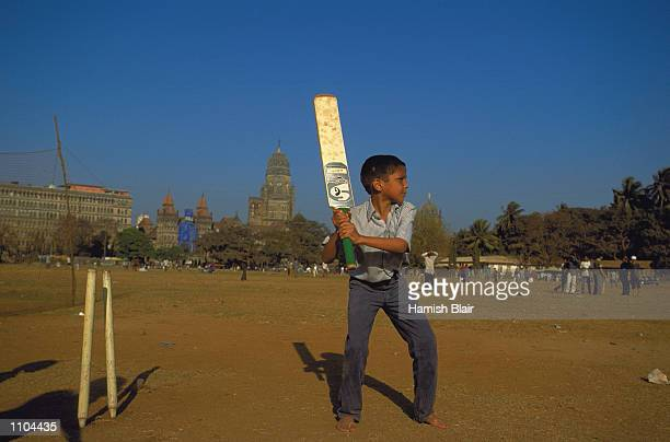 General scenes of cricket played in the streets during the Australian Cricket Tour of India in Mumbai India Mandatory Credit Hamish Blair/ALLSPORT