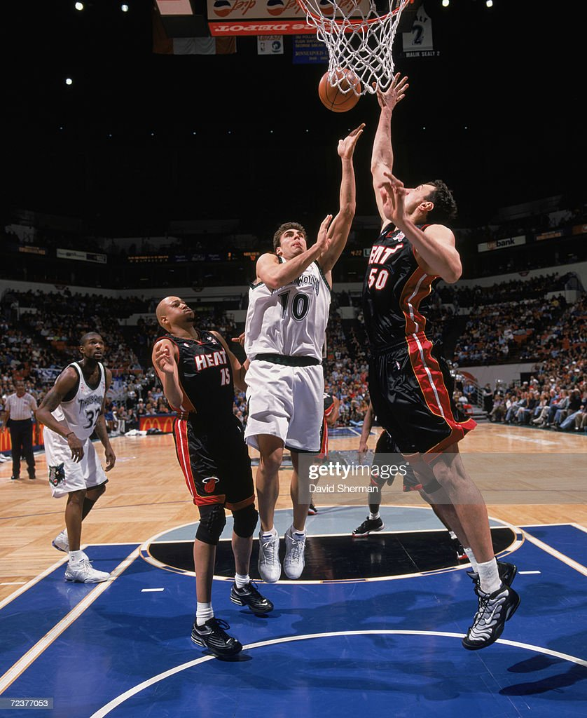 Wally Szczerbiak shoots over Vladimir Stepania