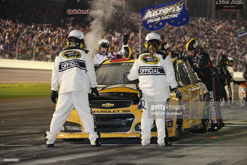 The pit crew for the #31 Caterpillar Chevy SS, driven by <a gi-track='captionPersonalityLinkClicked' href=/galleries/search?phrase=Ryan+Newman+-+Piloto+de+autom%C3%B3veis+de+corridas&family=editorial&specificpeople=12773547 ng-click='$event.stopPropagation()'>Ryan Newman</a>, works to repair damage to the car during the running of the Daytona 500 at the Daytona International Speedway. Picture taken on Feb 23, 2014 in the United States.