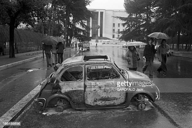 Unrest And Political Demonstrations Italie février 1977 manifestations et luttes politiques Ambiance dans les rues un jour de pluie une carcasse de...