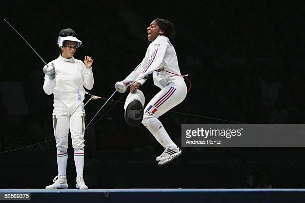 Fechten Olympische Spiele Athen 2004 Athen Florett / Einzel / Frauen Maureen NISIMA / FRA springt vor Freude in die Luft und sicherte sich mit diesem...
